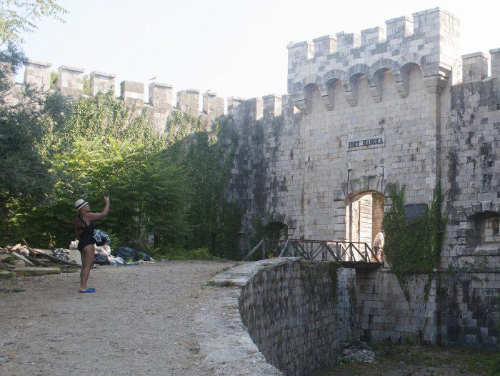 Мусор у входа в форт Мамула