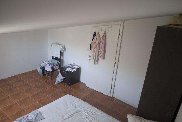 Косая дверь и кровать  в апартаментах villa lazovic
