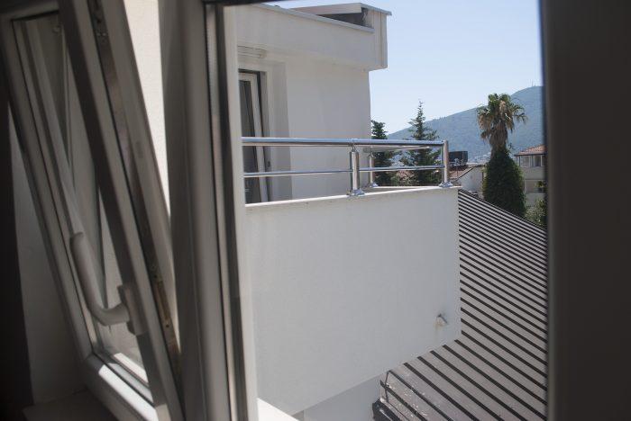 Вид на балкон  в апартаментах villa lazovic