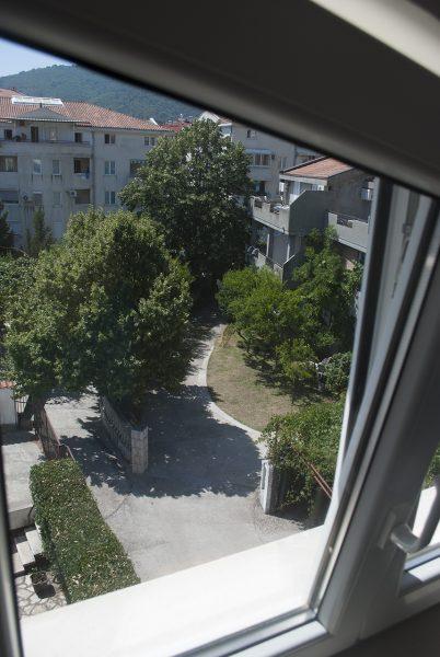 Вид на двор  в апартаментах villa lazovic