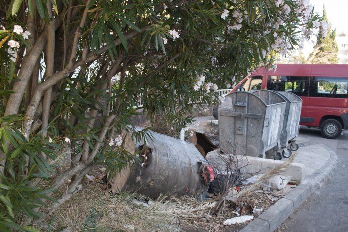 Budva 4. Proleterske опрокинутая мусорка
