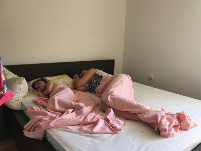 Сон на кровати  в апартаментах villa lazovic