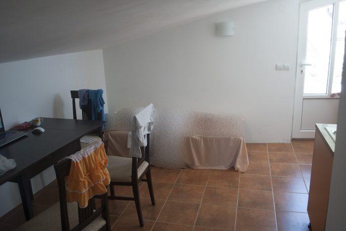 Дополнительная кровать и стол  в апартаментах villa lazovic