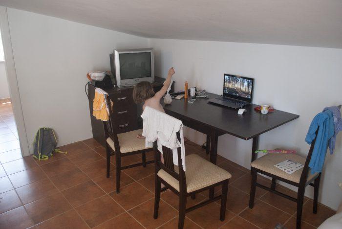 Телевизор и стол  в апартаментах villa lazovic