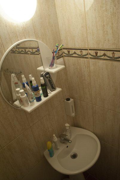 Зеркало в ванной  в апартаментах villa lazovic