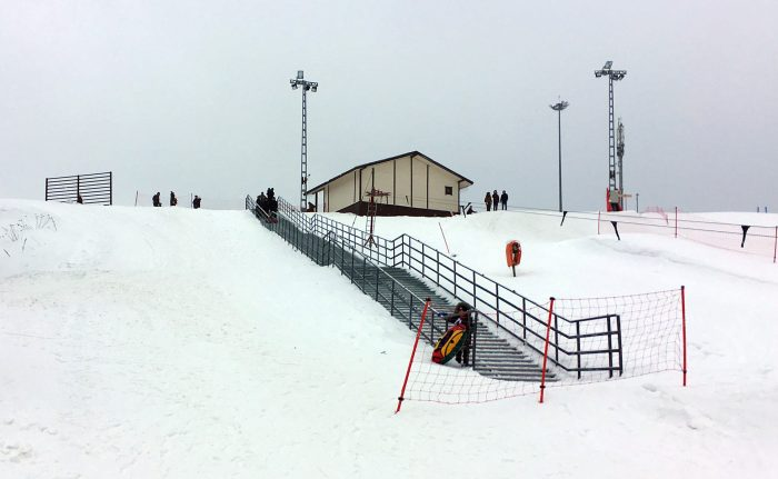 Лестница к склону для ватрушек в Игоре