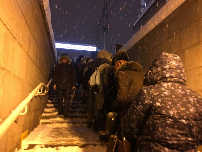Очередь на маршрутку на лестнице у метро Девяткино
