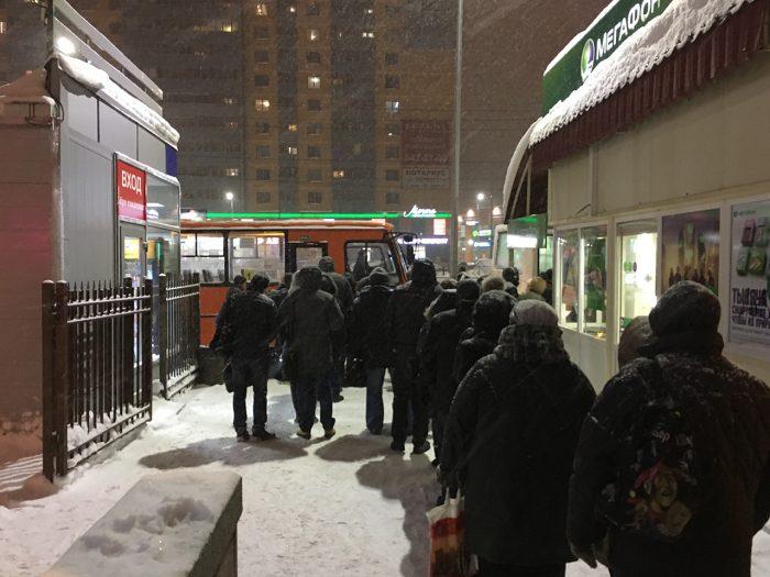 Очередь на маршрутку возле подземного перехода в Девяткино