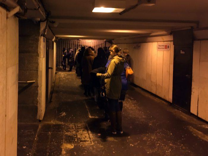 Начало очереди на маршрутку в Девяткино в переходе