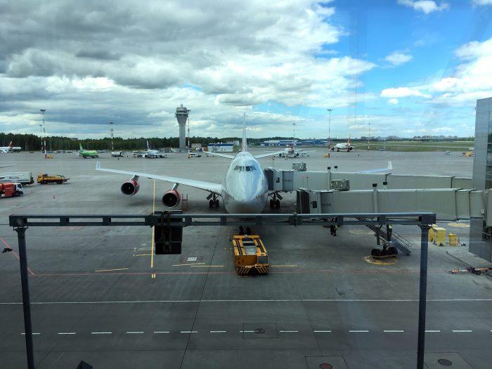 Большой самолёт в в терминале Пулково