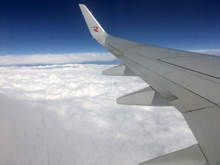 Крыло самолёта boeing 737-800 над облаками