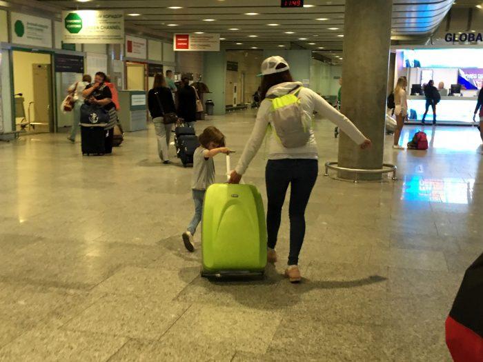 Маша и Рита с чемоданом в Пулково