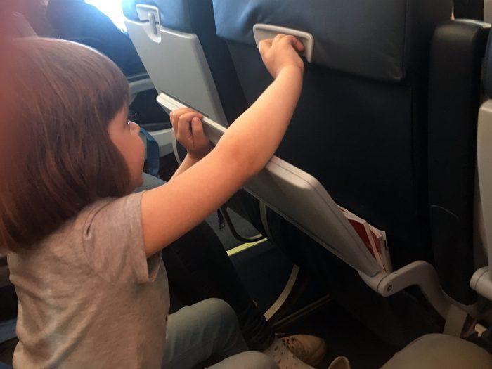 Маша изучает механизм столика
