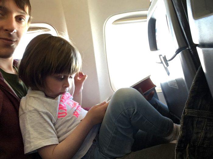 Маша сидит на коленях