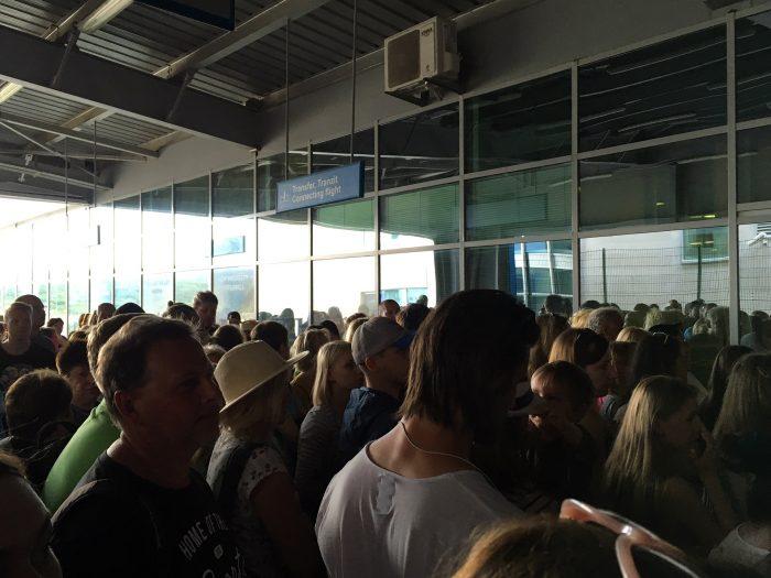 Очередь на паспортный контроль в аэропорту