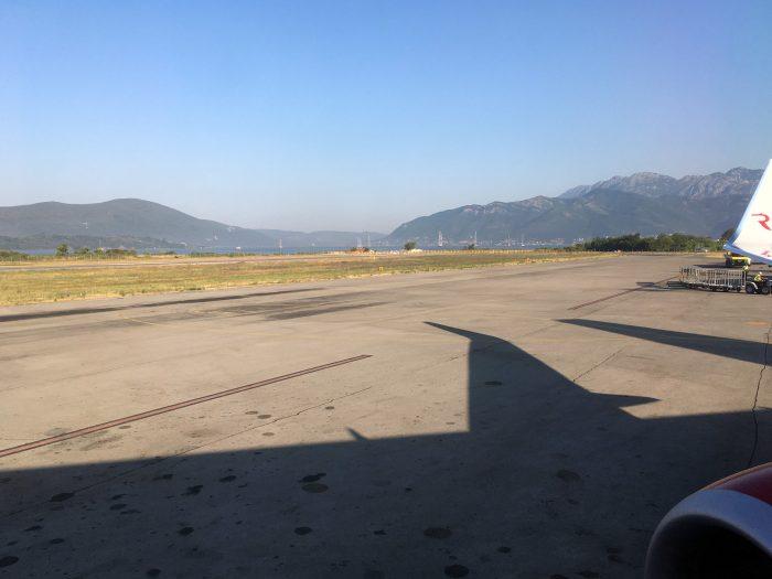 вид на горы в аэропорту Тиват