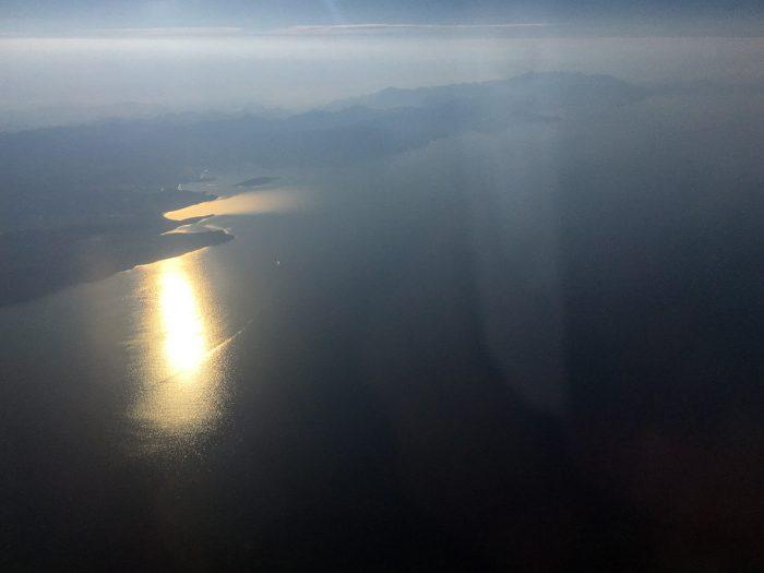 Вид на море с солнечной стороны самолёта
