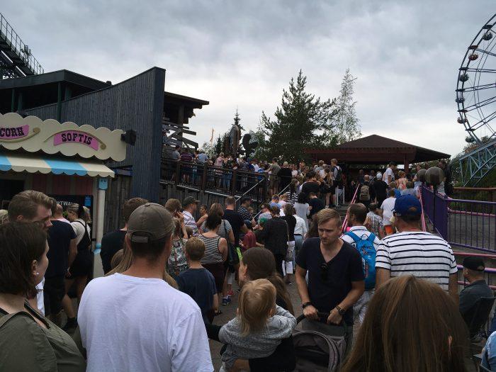 Толпы в парке Линнанмяки в Хельсинки