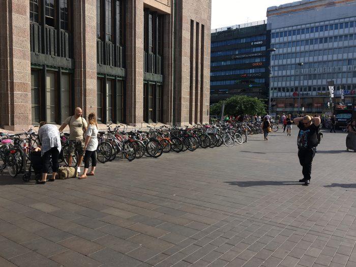 Велопарковка у вокзала в Хельсинки