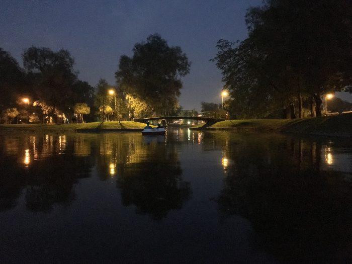 катамаран в пруду парка победы