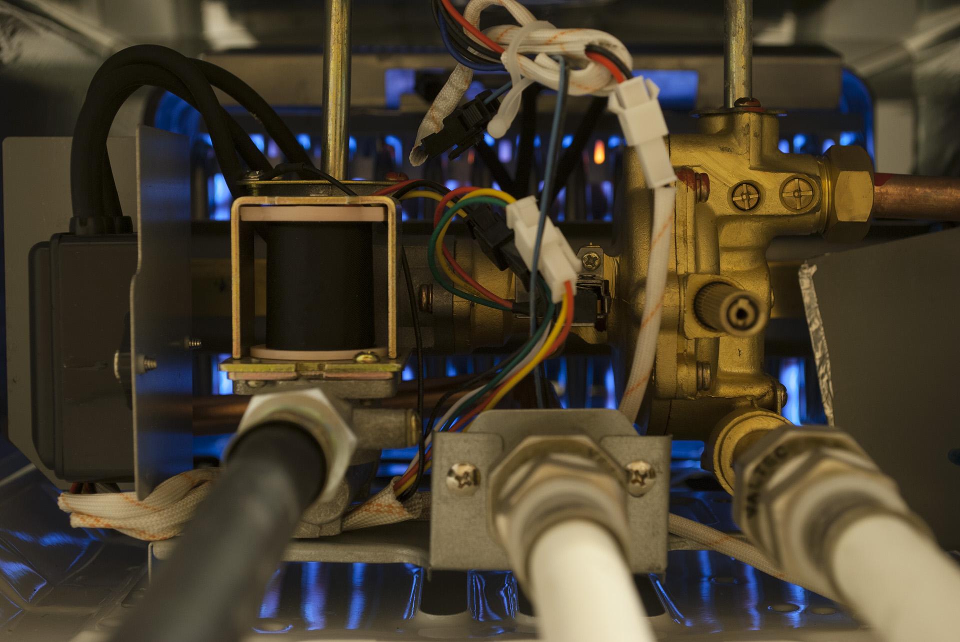Газовая колонка zanussi внутри во время работы