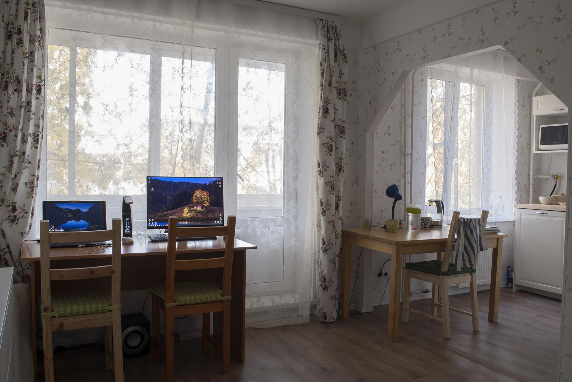 вид на окна с дивана