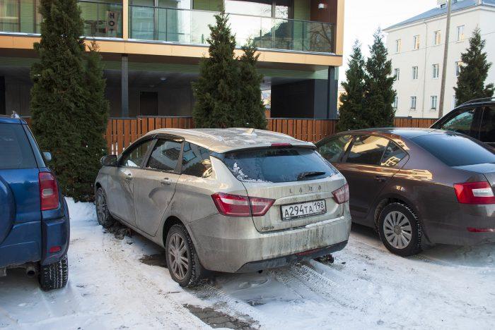 веста на парковке у гостиницы