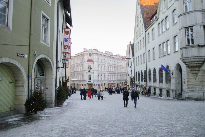 туристы в старом городе таллина