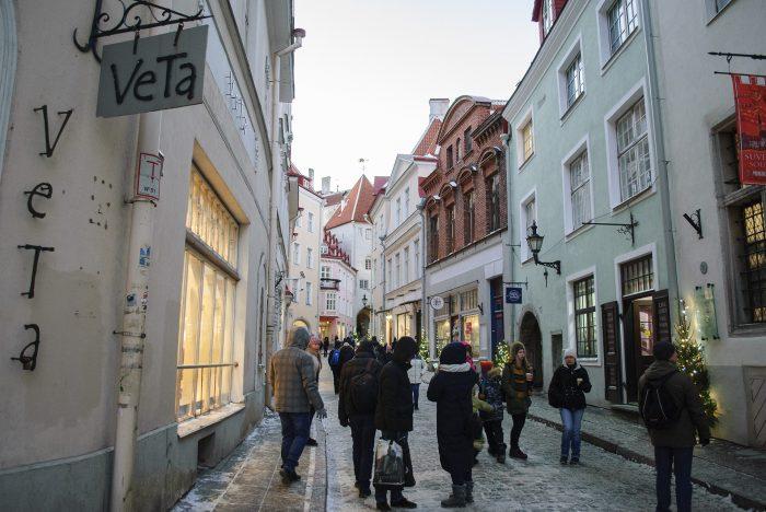 Вечерняя улица в старом городе таллина