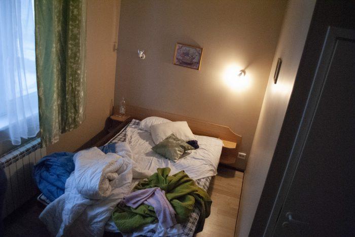 Кровать в номере Lillekula
