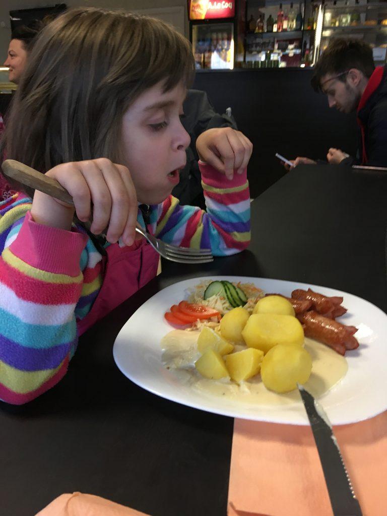 Маша кушает в кафе в зоне ожидания у границы