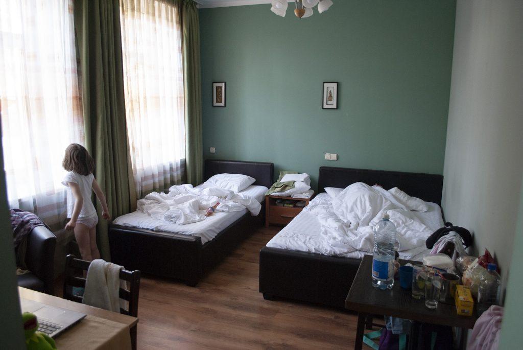 Кровати в улучшенном номере Spare hotel