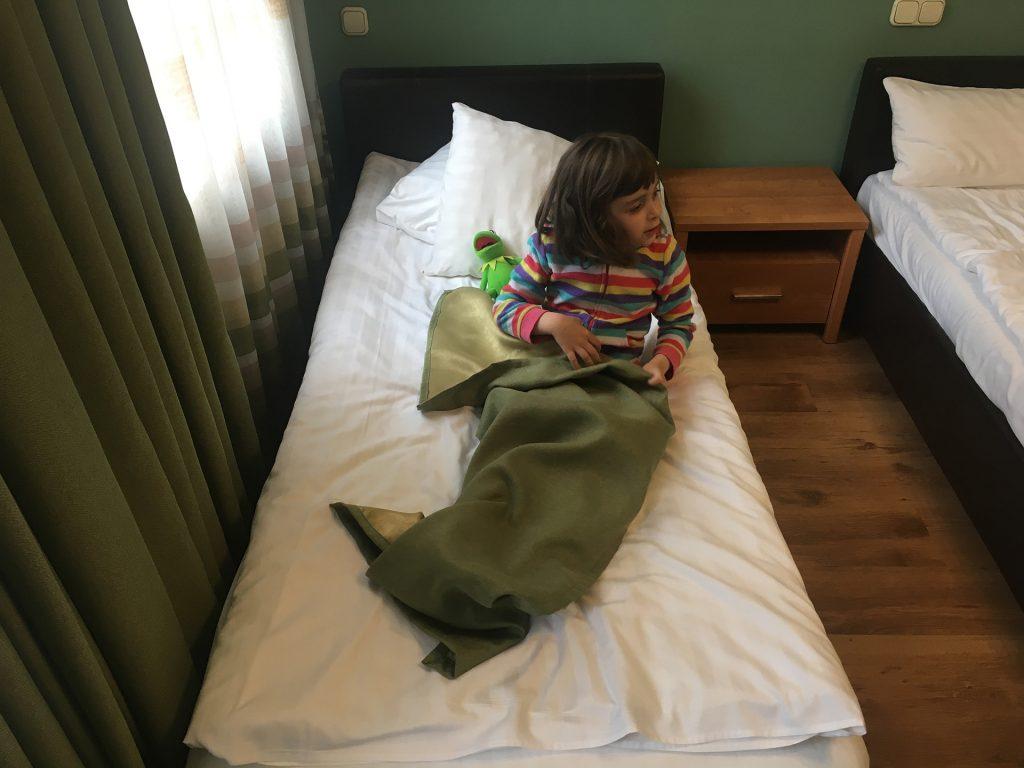 Маша на кровати в отеле