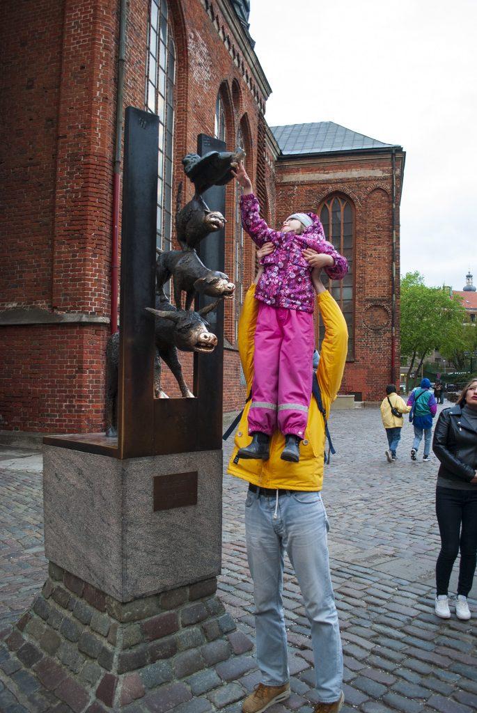 Маша трёт нос памятнику бременским музыкантам