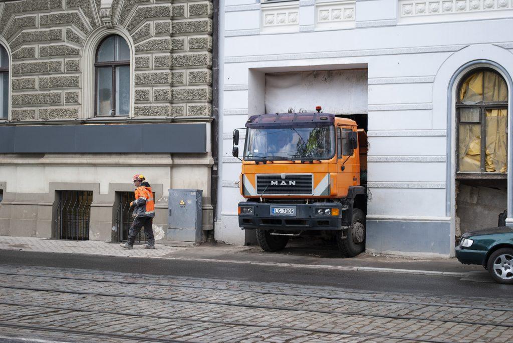грузовик выезжает из дома