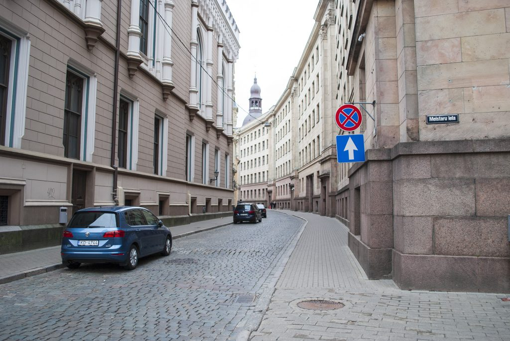 мрачная улица в центре Риги