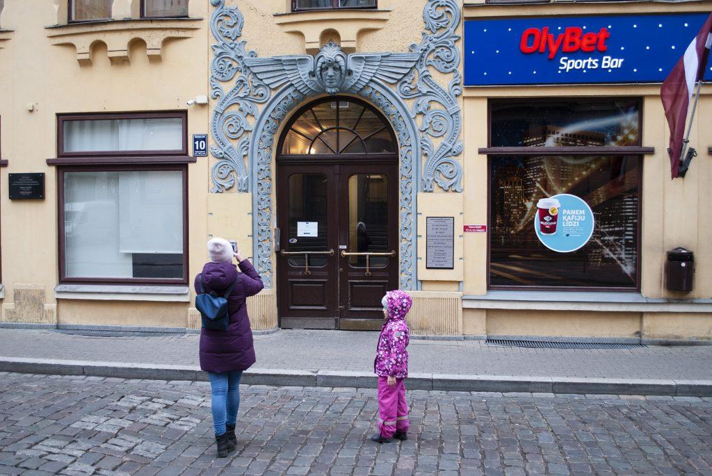 Рита фотографирует красивые двери