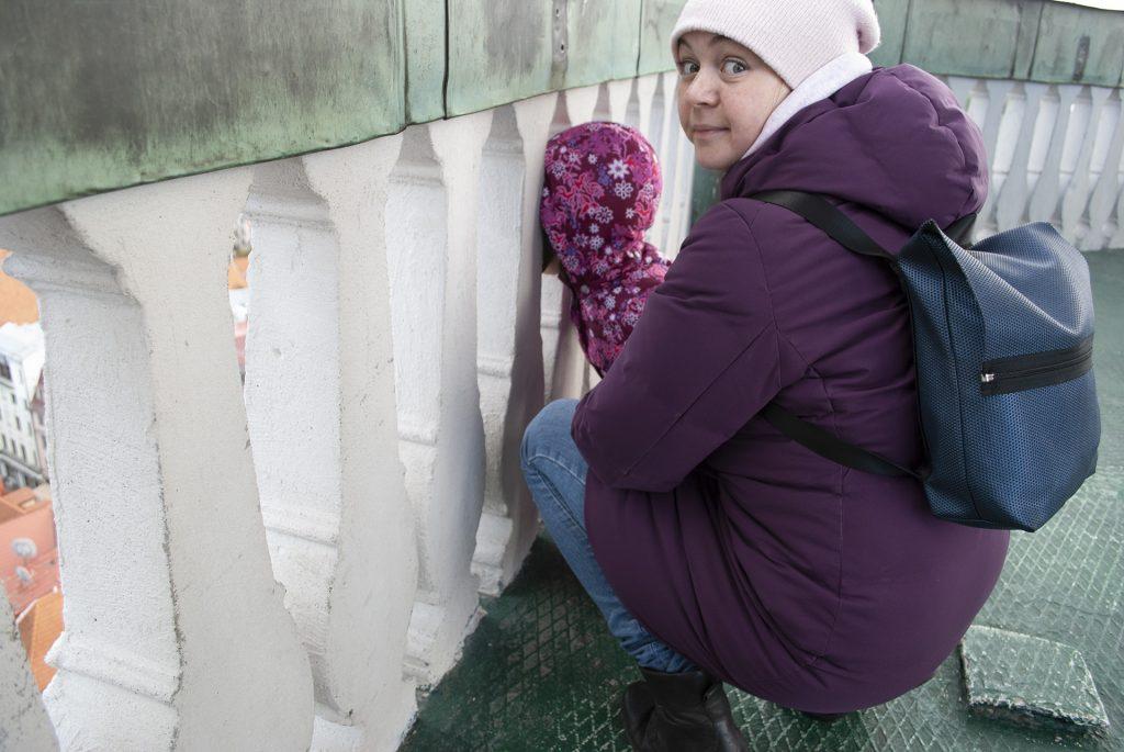 Маша смотрит сквозь ограждение смотровой площадки