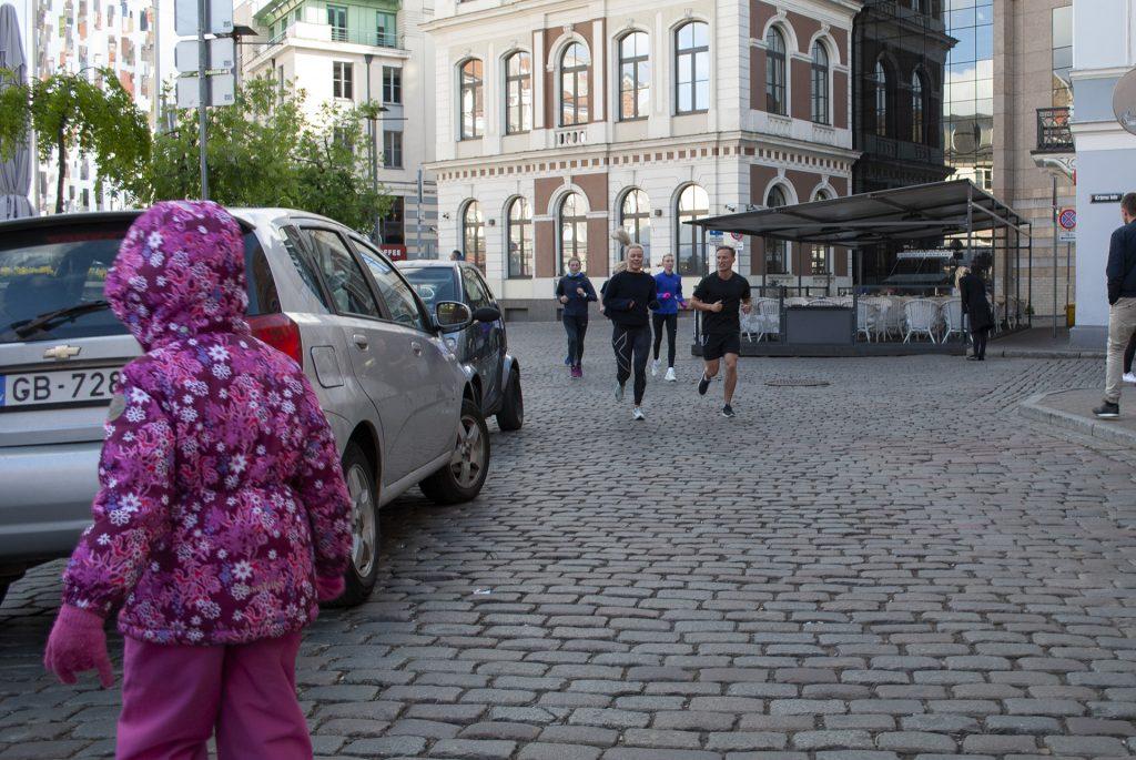 бегуны в центре Риги