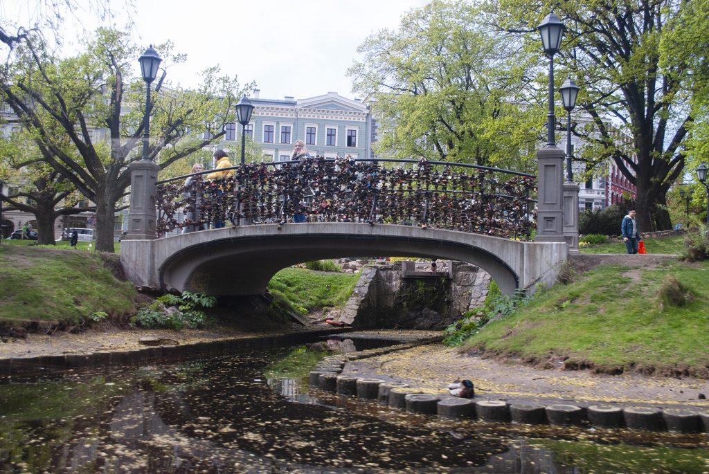 Замки на мосту в парке Риги