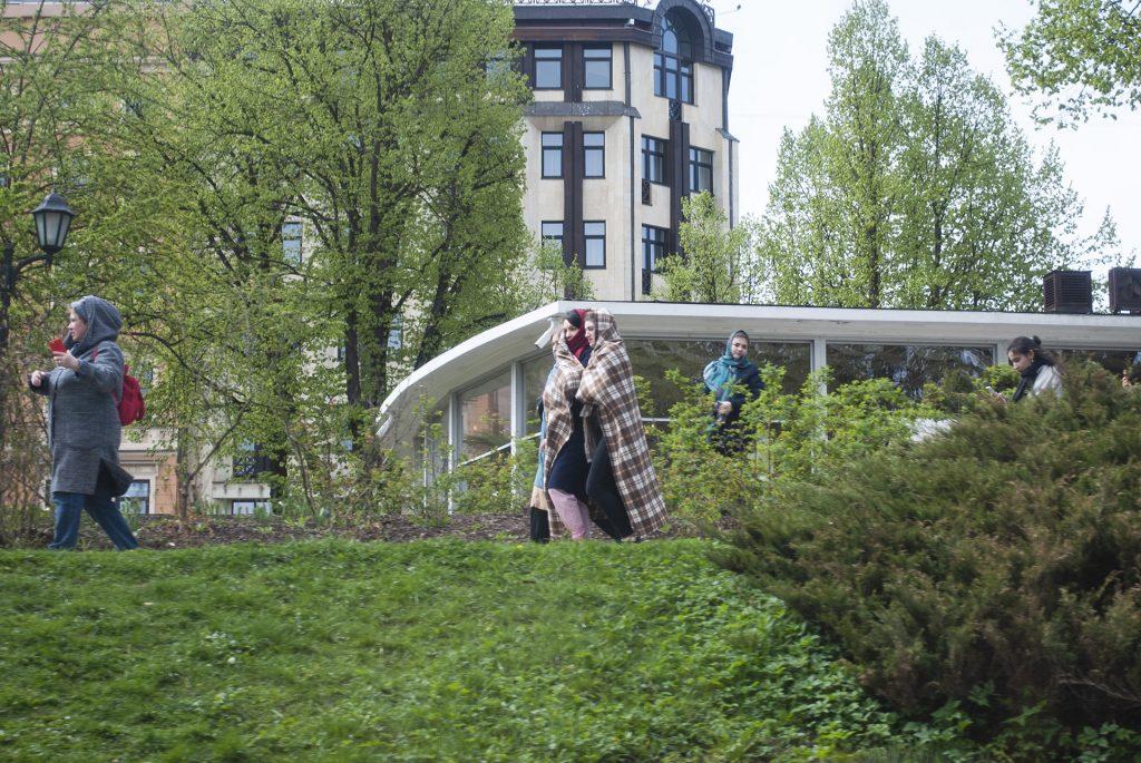 Девушки в платке в Риге