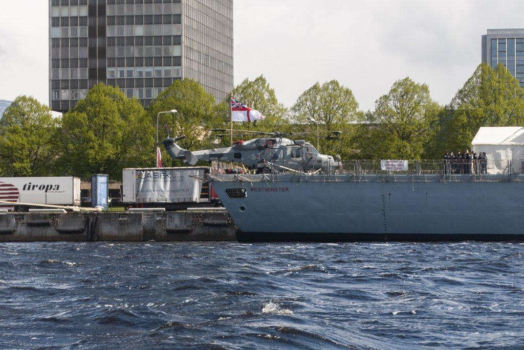 Вертолёт на военном корабле в Риге
