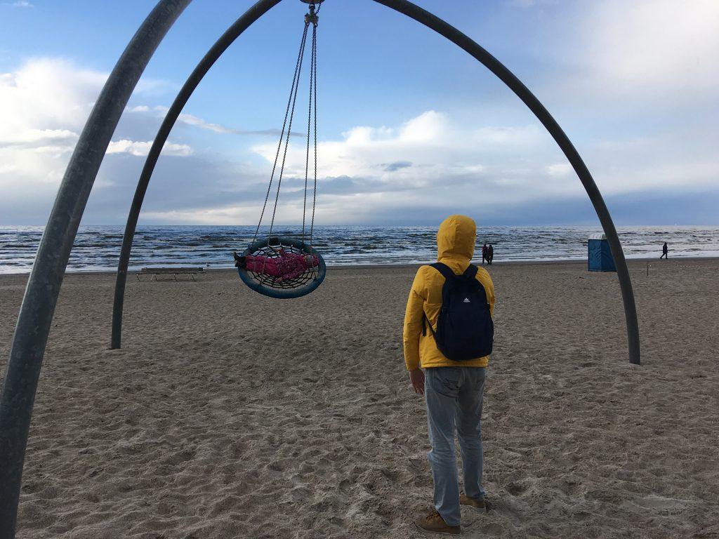 Качели на пляже в Юрмале