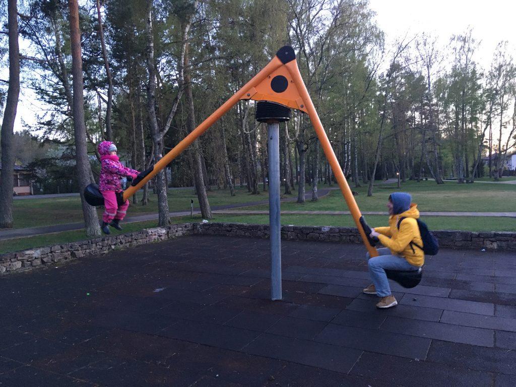 Качель на детской площадке в Юрмале