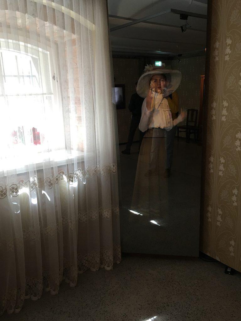 Зеркало с экраном в музее Югендштиля