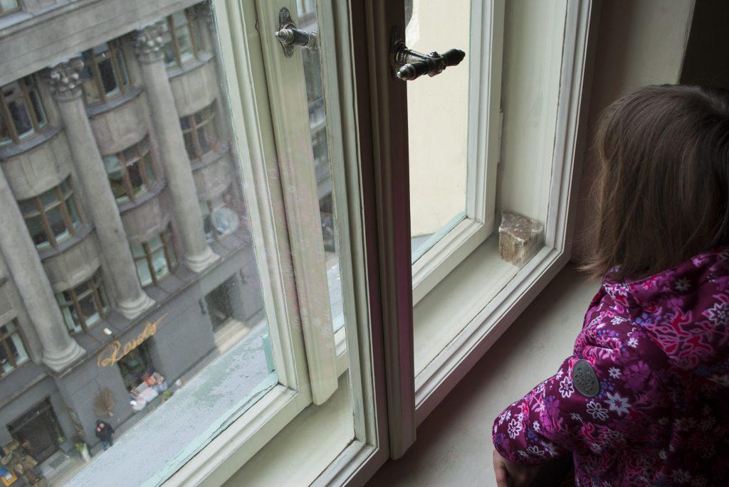 Маша смотрит в окно