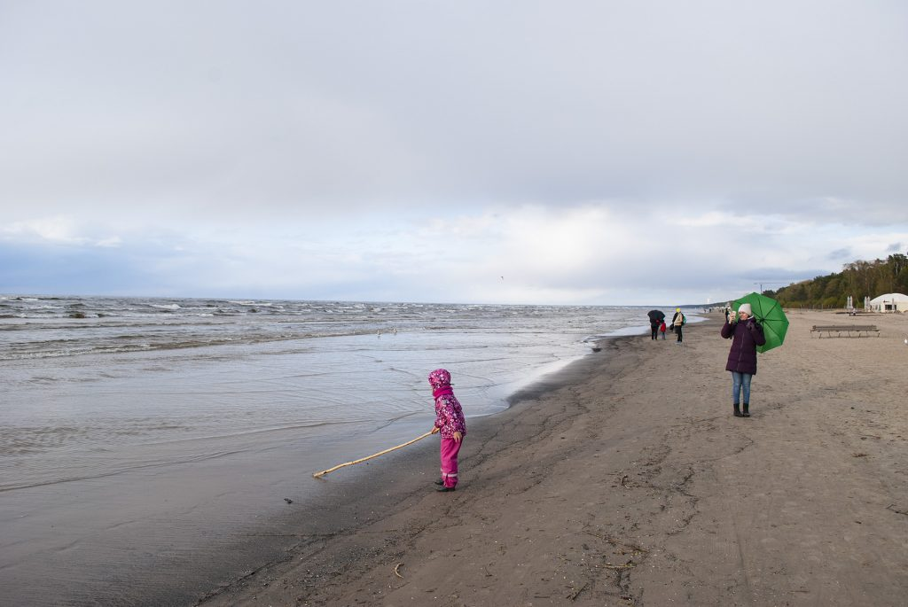 Маша с палкой на пляже в Юрмале