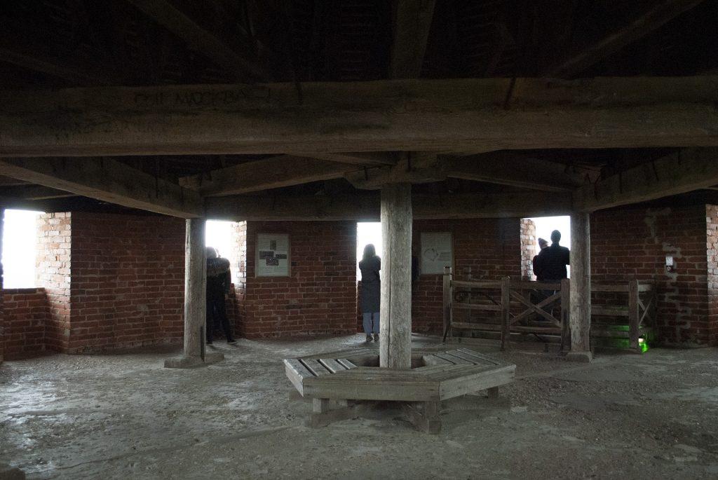 Скамейка на крыше башни турайдского замка