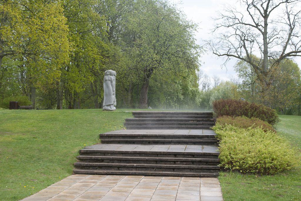 Дорога к парку со скульптурами у Турайдского замка