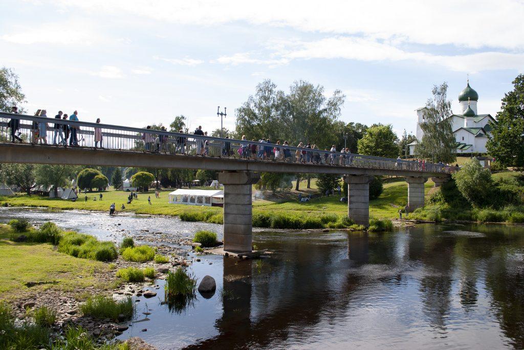 пешеходный мост в пскове